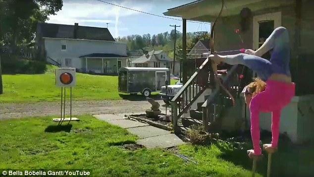 美10岁女孩倒立用脚拉弓射中气球 破世界纪录