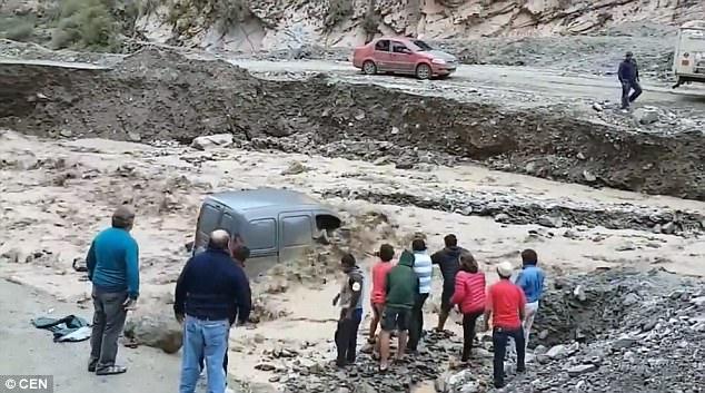 視頻記錄阿根廷兩人洪災中九死一生時刻