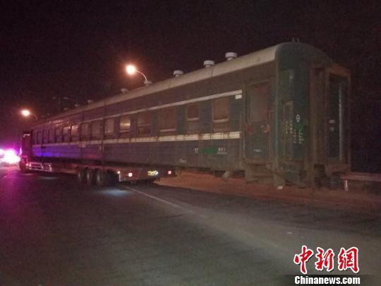 """火车""""开""""上高速惊呆高速交警 原是司机违规运载箱体"""