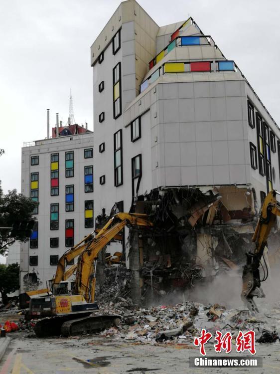 台湾花莲动用大型机械清理无人地震灾害现场