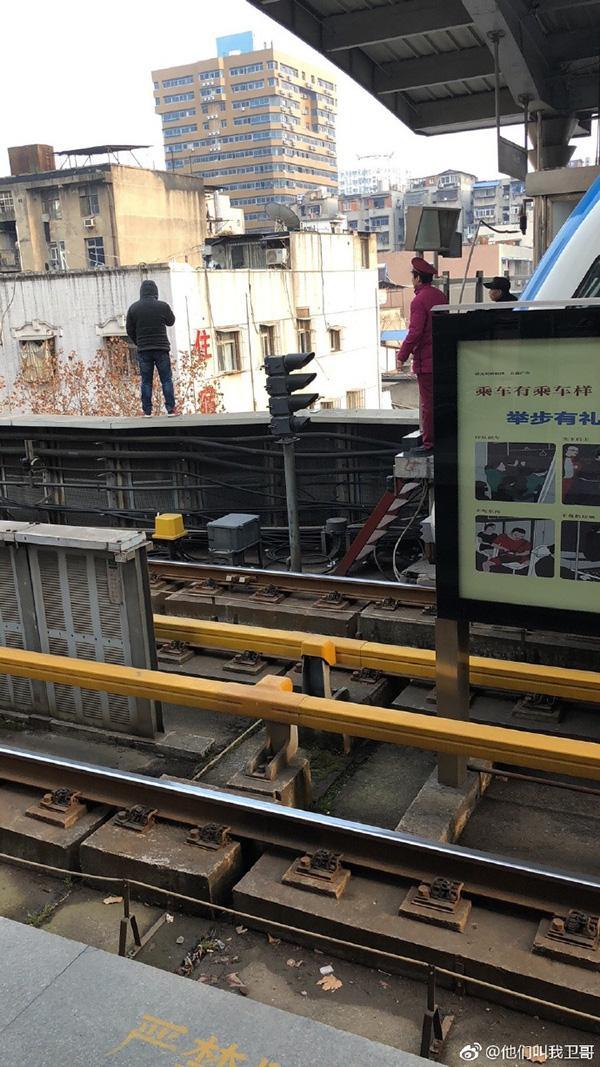 男子沉迷彩票欠债数万元 欲跳轨轻生致地铁停运
