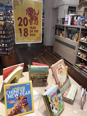 "FOYLES书店里""中国新年""儿童读物。(英国《华闻周刊》微信公众号/曹劼 摄)"