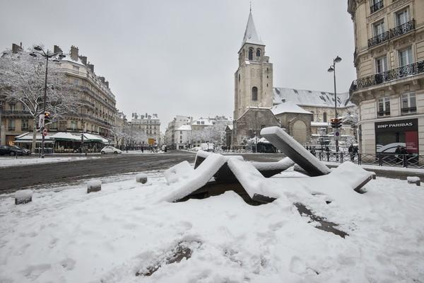 巴黎大雪致市区739公里长大塞车 2千人国道过夜