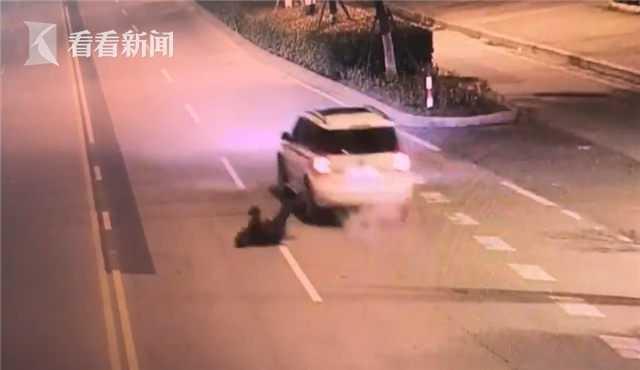 丈夫酒醉从车上跌落 开车妻子竟浑然不知