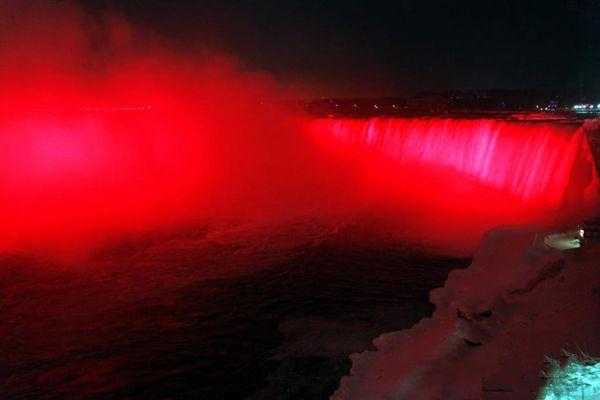 """加拿大地标景点点亮""""中国红""""迎狗年新春"""