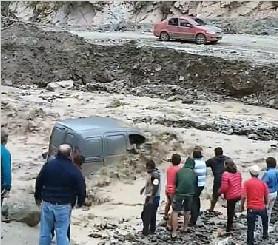 视频记录阿根廷两人洪灾中九死一生时刻