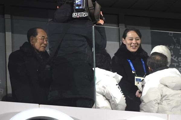冬奥会开幕式上,文在寅和金与正握手