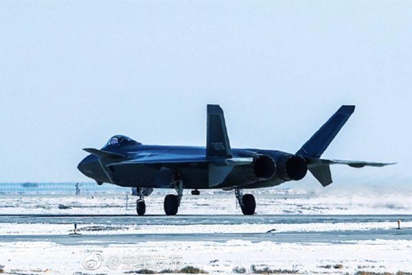 列装中国空军作战部队的首秀!歼-20雪后训练即景