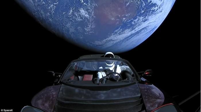 天文学家捕捉到特斯拉跑车在星空中漫游场景