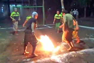 震惊!印尼学生赤脚踢火焰足球 惊险刺激