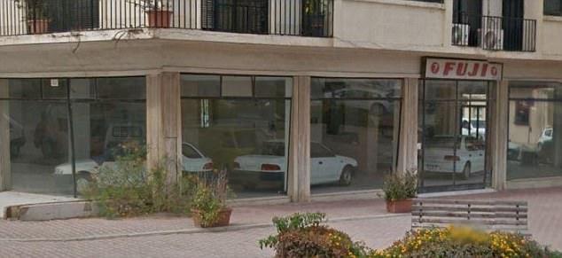马耳他汽车经销店废弃20年 店内汽车几乎全新
