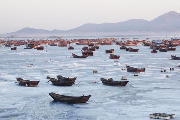 """黄渤海进入严重冰期 渔船被""""冰封"""""""