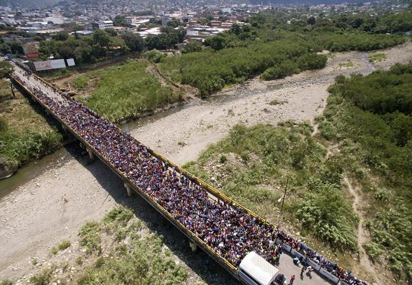 委内瑞拉国内状况危急 大批难民欲过桥到邻国遭拒