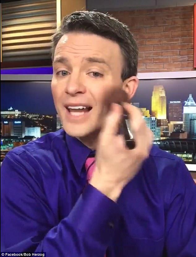 美国新闻男主播录制趣味彩妆视频收获数十万粉丝