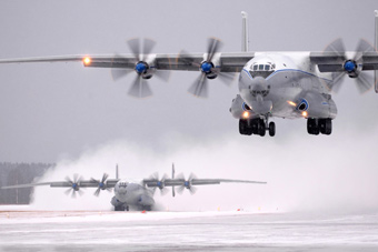 跑道被大雪覆盖俄军大运照样起降 艺高人胆大