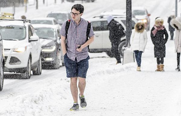 美大学男生不惧严寒 零下8度穿短袖短裤上学
