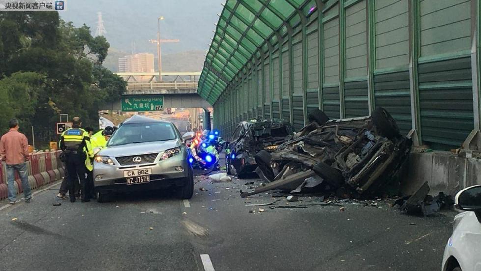 香港一嫌疑车辆为逃避交警追截致多车相撞2死4伤