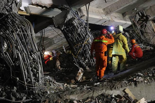 台湾地震:救援队寻获第四具陆客遗体 被楼板压住