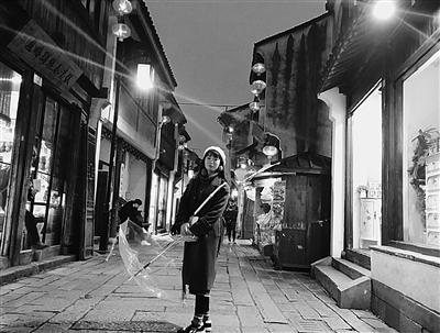 富裕在苏州山塘街游玩。
