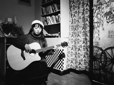 闲暇在旅社弹吉他。