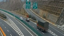高速上停2秒意外发生 两车都受罚