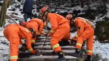 爬山健身不料脚踝脱臼 报警求助消防