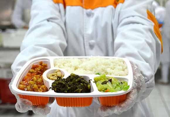 解密高铁盒饭从择菜到装盘全过程