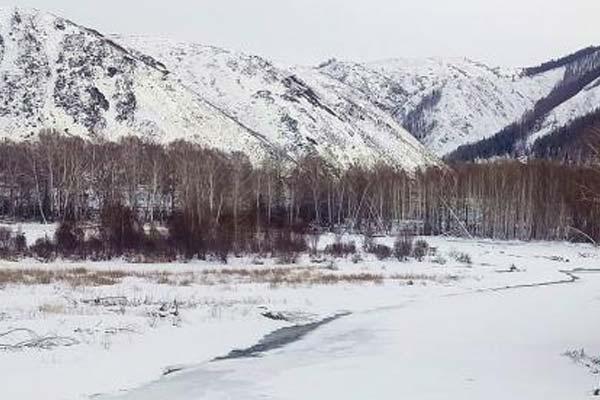 新疆哈巴河县山区初春现水墨画美景