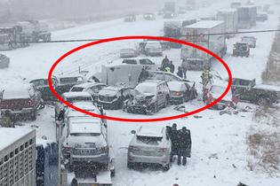 美国高速公路50辆车连撞 暴风雪导致能见度低