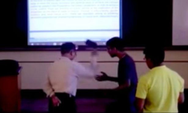 印度大学老师课堂上怒摔学生手机引围观