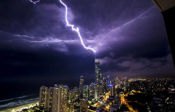 澳昆士兰特大雷暴致10万住户停电 场面惊险万分