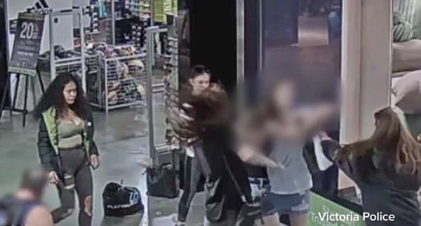 震惊!澳大利亚四女子商场暴力抢劫两女孩