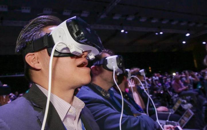 苹果入股OLED小屏制造商 为AR头戴设备做准备?