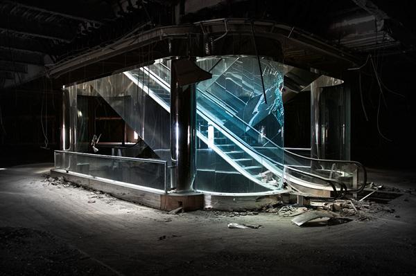 美废弃商场破败凄凉 昔日繁华依稀可见