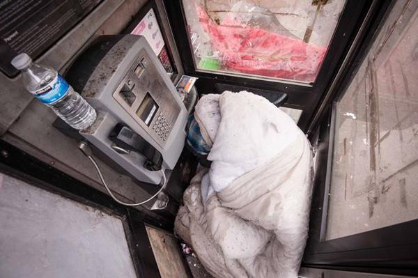 英男子因失业流浪街头 无奈寄居电话亭长达4个月
