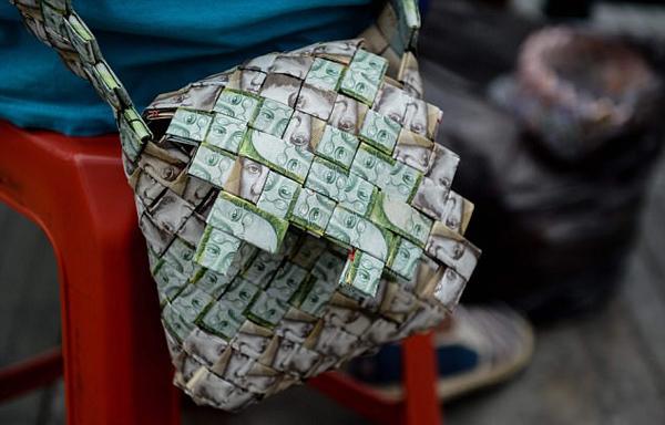 委内瑞拉通胀严重货币贬值 民众将纸币制成小饰品