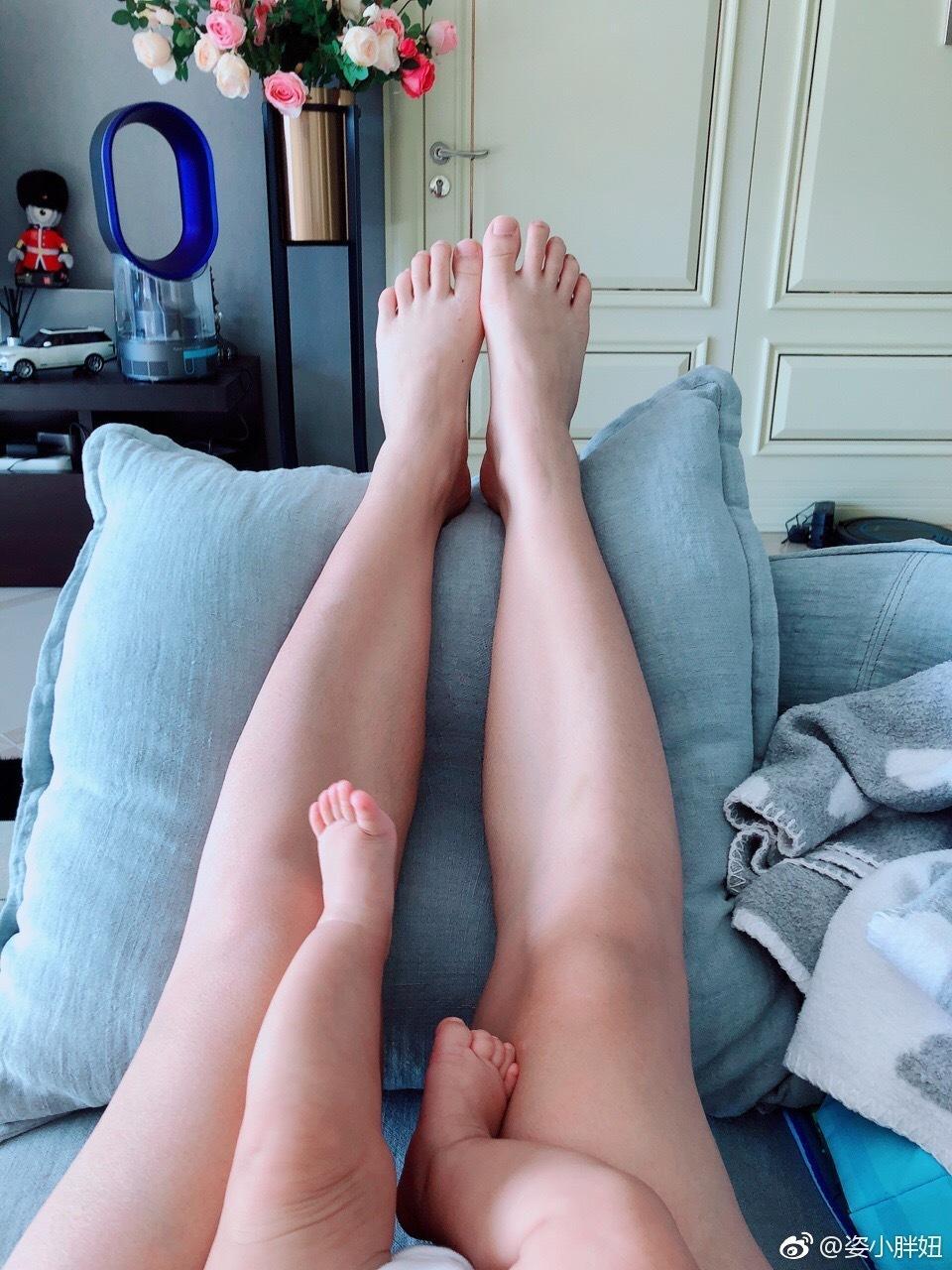 何姿晒图与女儿比美腿 网友:大白长腿有跳水天赋
