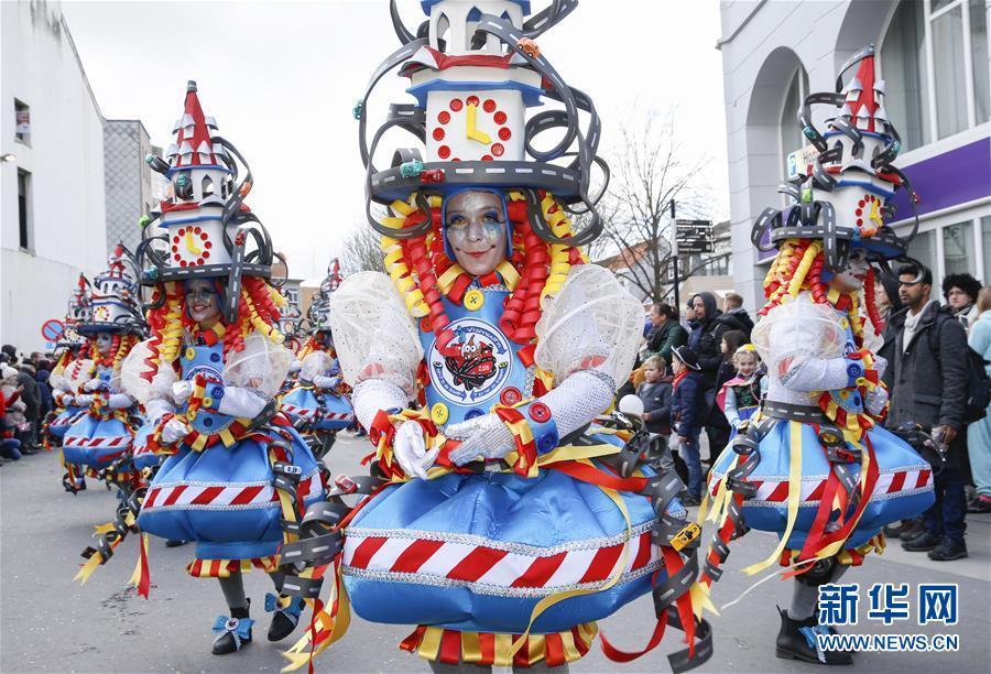 比利时小城阿尔斯特 为期3天的狂欢节盛大开幕