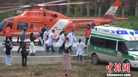 """广西一小车坠崖一人重伤 伤者打""""飞的""""送医救治"""