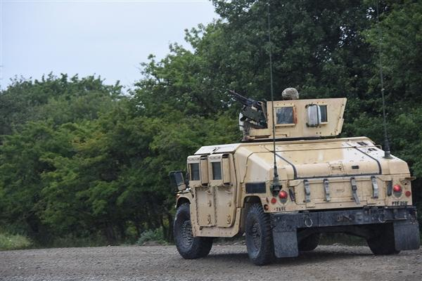 """可自动射击 美国陆军测试""""Wingman""""悍马无人车"""
