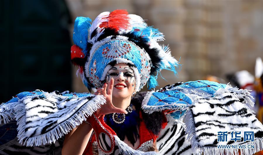 2月11日,一名盛装打扮的演员在马耳他首都瓦莱塔参加狂欢节巡游。 本届马耳他狂欢节将持续至2月13日。新华社发(马克⋅扎米特⋅科迪纳摄)