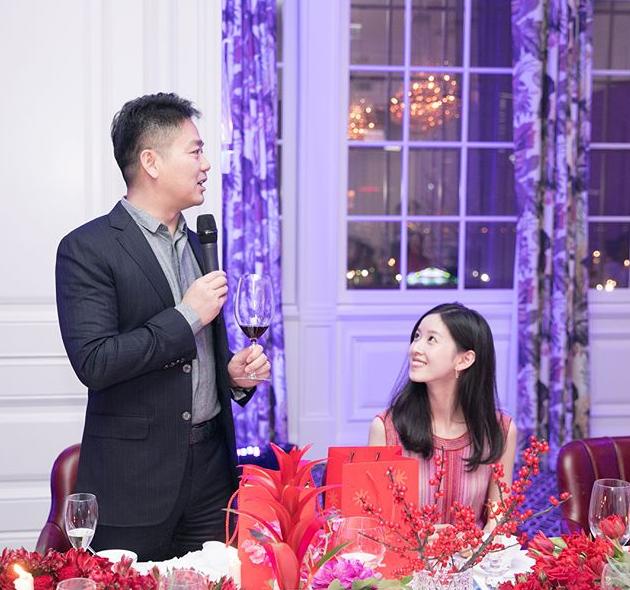 """奶茶妹妹与刘强东一同宴客  """"望夫眼""""满满是爱"""