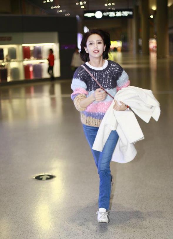 辣妈佟丽娅一路狂奔赶飞机 露出招牌甜笑似少女