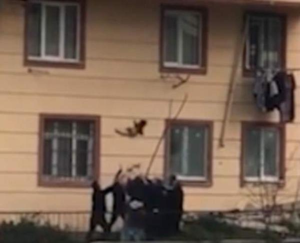 土耳其2岁男童从三楼掉落被邻居用床单接住