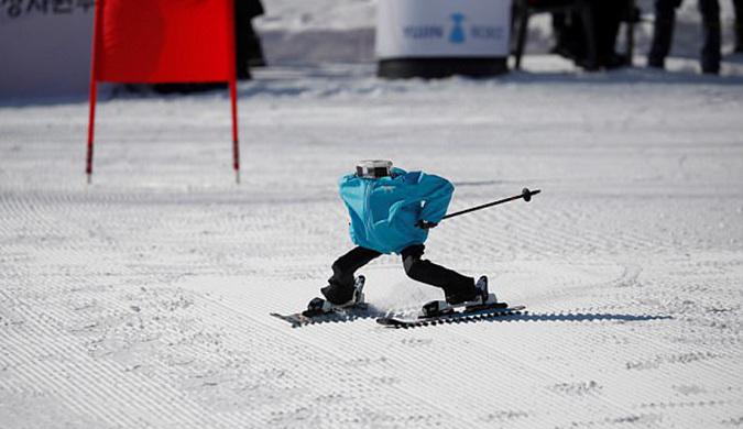 """冬奥赛场之外 """"无头滑雪者""""比赛上演"""