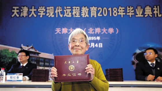 """美媒:中国""""学霸奶奶""""走红 人们都在议论啥"""