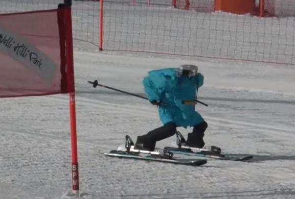 """冬奥赛场外 无头机器人""""滑雪者""""参加滑雪挑战赛"""
