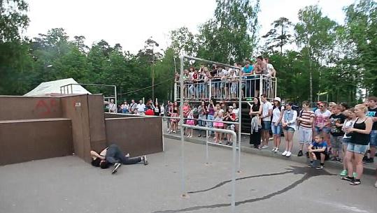 惊险!俄跑酷运动员比赛时失误致头着地摔倒