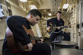 航母领衔美多艘军舰在南海航行 水兵悠闲弹吉他