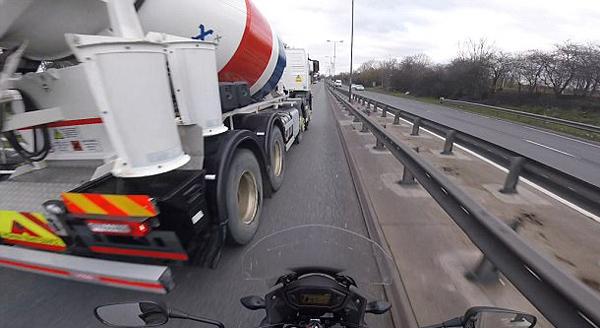 英水泥车高速路上突然变道 摩托车险遭碾压